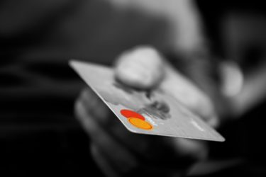 韓国で、クレジットカード使用額が17年ぶりに減少