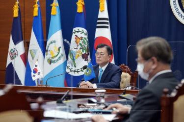 韓国ムン大統領の支持率が40%台に上昇 ライバル元検事総長の身辺疑惑も影響か